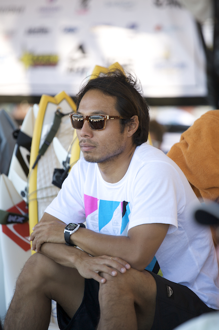 Mar Ohno checks the surf and drips with style.