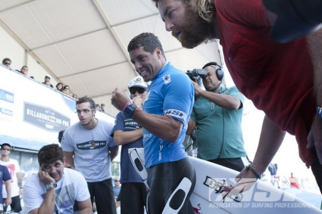 Adriano de Souza reacts to his controversial 6.00, while Rip Curl team manager Ryan Fletcher reads the judges scoreline. Photo: ASP