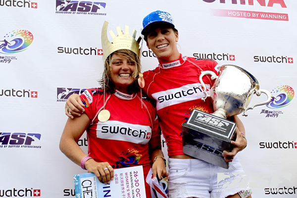 Chelsea Williams (left) wearing her crown and Lindsay Steinriede (right) with her ASP Women's World Longboard Champion cup. Pic ASP/Will H-S